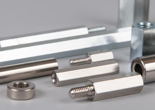 Rozpěrky a sloupky (kovové)